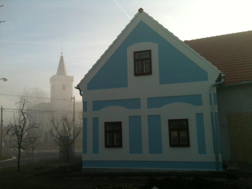 s kostelem v ranním oparu